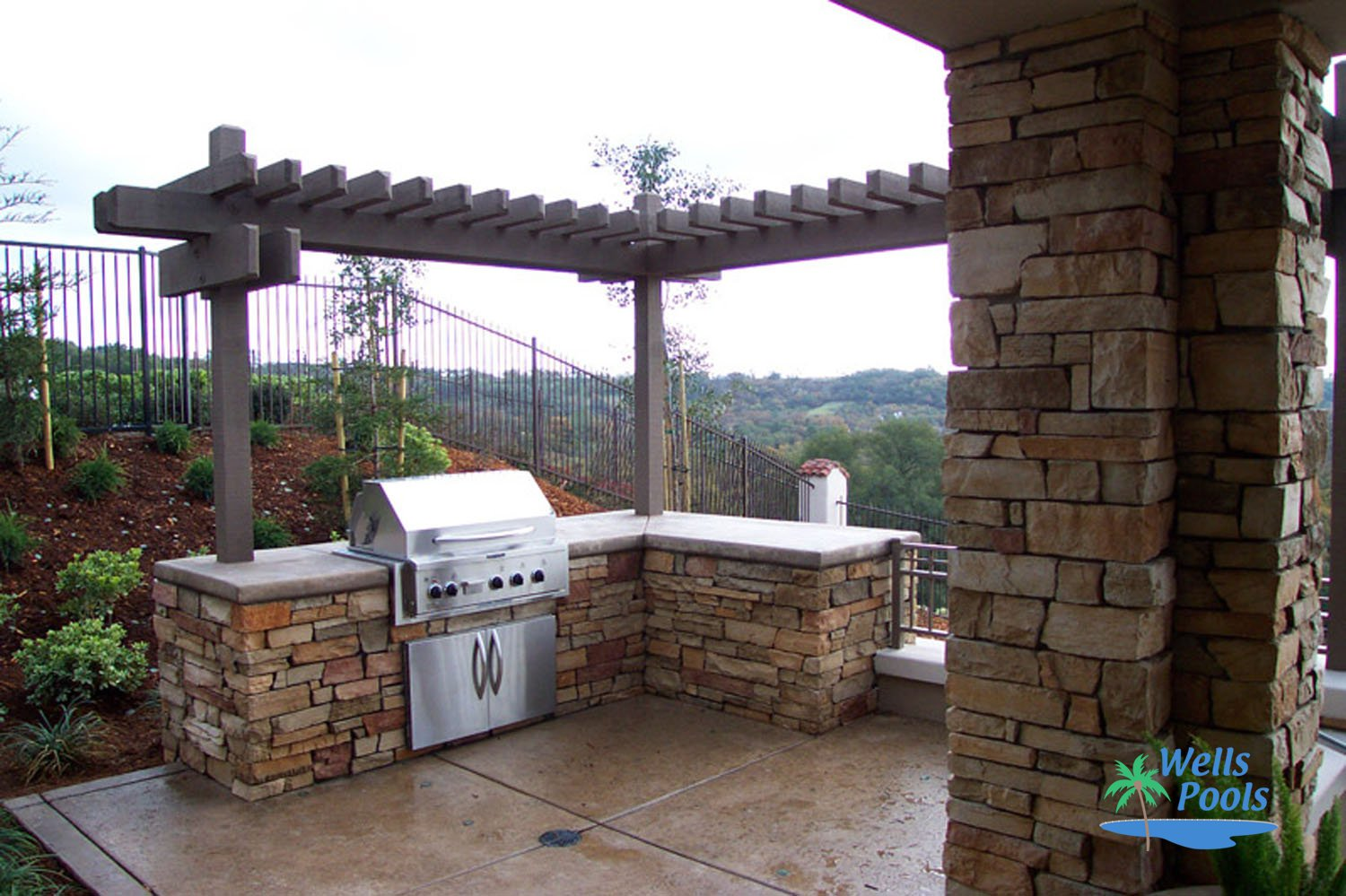Outdoor living outdoor kitchens fireplaces fire pits for Pool with outdoor kitchen